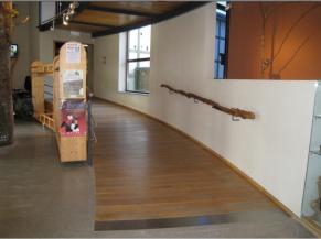Rampe d'accès aux salles du musée