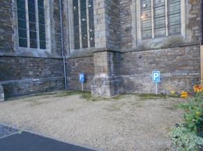 Emplacements de parking réservés au pied de l'église