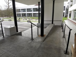 Rampe non accessible aux chaises - entrée principale