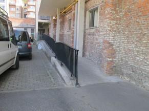 Rampe d'accès vers l'entrée principale du bâtiment