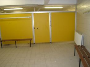 Intérieur d'un vestiaire collectif