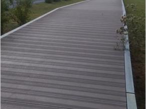 Voie d'accès accessible sur plateau surélevé sur 200 m le long