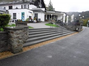 Escaliers pour accéder à l'entrée principale du bâtiment d'accueil.