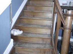 Escalier vers l'étage pour l'exposition (un seul étage)