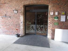 Porte d'entrée automatique (avec ou sans bouton poussoir) vers les espaces communs (bar, salle à manger et cuisine) accessible via une faible rampe