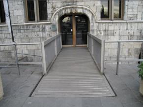 Passerelle vers portes d'entrée