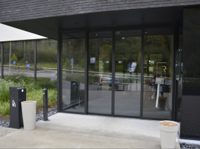 Entrée principale: portes vitrées coulissantes automatiques, ressaut droit de 1 cm