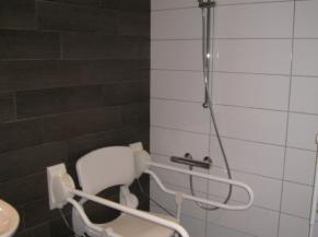 Siège dans la salle de douche adaptée
