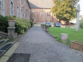 Accès (allée graviers) depuis le parking de l'Abbaye