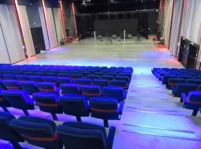 Absence de sécurisation des marches dans l'auditorium