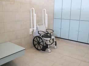 2 vestiaires  PMR (individuel et collectif) avec siège et barres rabattables, banc de change, mise à disposition de fauteuil roulant de piscine.