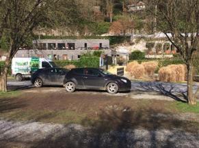 Parking face à l'entrée du parc