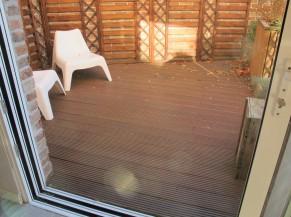Terrasse accessible de plain-pied (rail encastré dans le sol = pas de ressauts)