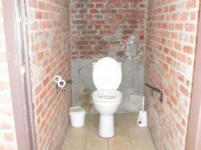 Des toilettes existent mais ne sont pas adaptées