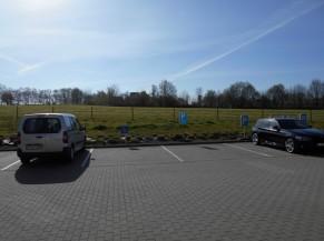Plusieurs parkings PMR sont à disposition en face de la porte d'entrée