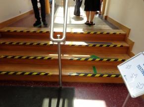 Soit par un escalier
