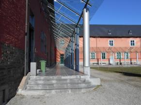 Cours extérieure et accès à l'atelier menuiserie