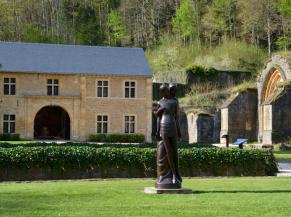 statue non sécurisée dans le jardin