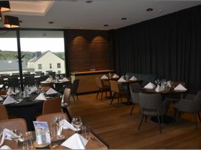 Salle de restaurant: bonne acoustique (plafonds absorbants, tentures)