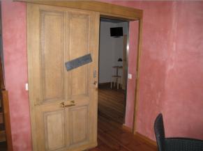 Porte de la chambre adaptée au rez-de-chaussée