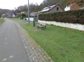 Exemple de zone de banc et poubelle rencontrée le long du circuit