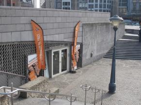 Vue de l'entrée de l'Archéoforum depuis le haut de la Place Saint-Lambert