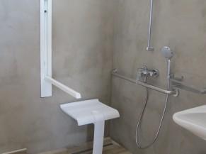 Douche adaptée dans une des chambres PMR