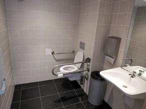 Toilette adaptée dans le lobby, aire de transfert de 90 cm.