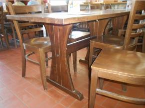 Tables de la partie restauration à l'intérieur