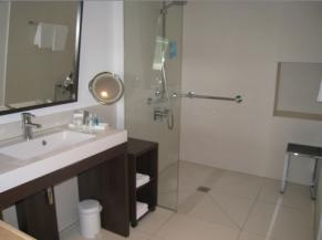 Salle de bain d'une des chambres adaptées
