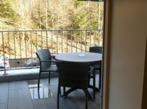 Accès de plain-pied à la terrasse depuis la chambre adaptée