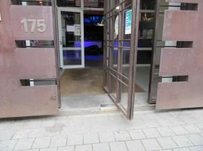 Porte d'entrée déportée sur le trottoir