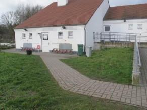 accès principal vers les vestiaires