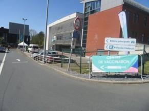 Vue de l'entrée du centre  de vaccination depuis la rue Saint-Luc