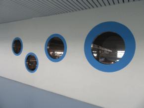 hublots à différentes hauteurs avec vue sur l'usine