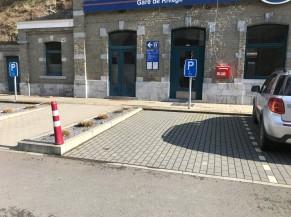 Arrivée à la gare de Rivage (2 parkings PMR conformes présents)