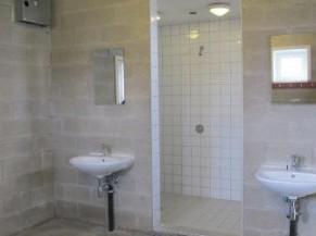 lavabo/douche non adapté d'un des vestiaires collectifs