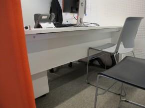 Dégagement sous les tables des bureaux de consultance