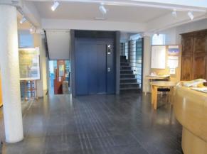 Hall d'accueil, ascenseur et escalier