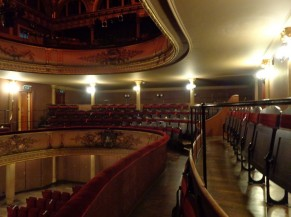 Grande salle de théâtre, avec balcons