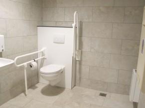 WC PMR côté piscine. Il y en a un autre près de l'accueil. Table à langer disponible.