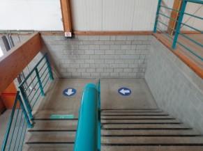 Second escalier à emprunter pour les personnes valides pour enfin rejoindre la porte de sortie