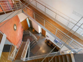 Escalier d'accès aux différents niveaux depuis l'accueil 2