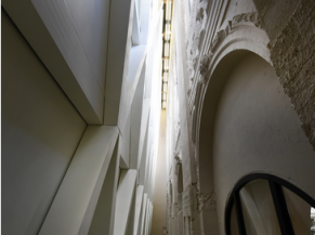 Présentation de l'architecture intérieure visible depuis la passerelle