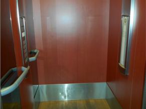Intérieur ascenseur à proximité de l'accueil 2