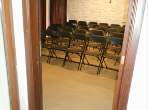 Accès depuis l'accueil à la salle de projection (film historique)