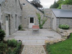 Terrasse accessible de plain-pied donnant accès à la salle des fêtes, à la toilette adaptée et au gîte de grande capacité