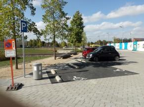 Parking réservé à ± 100 m de l'entrée principale