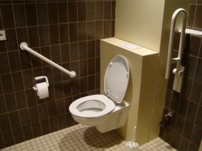 sanitaire adapté près des salles de buffet