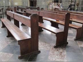 De nombreuses assises disponibles dans la nef... Banc (ht : 50 cm)